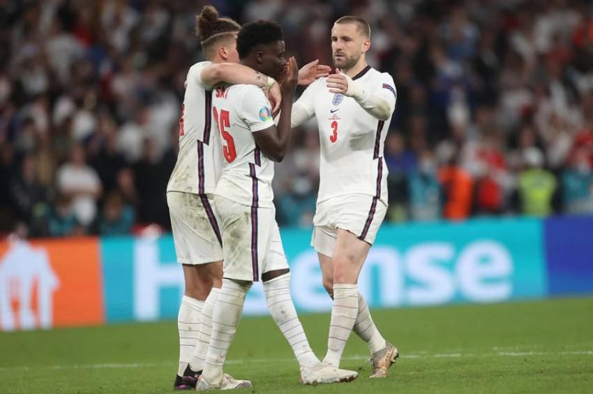 Boris Johnson condena insultos racistas contra futbolistas ingleses
