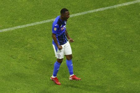 Brayan Angulo apunta a un Cruz Azul