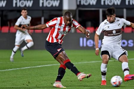 (Video) Jaime Ayoví anota en último minuto su primer gol con Estudiantes