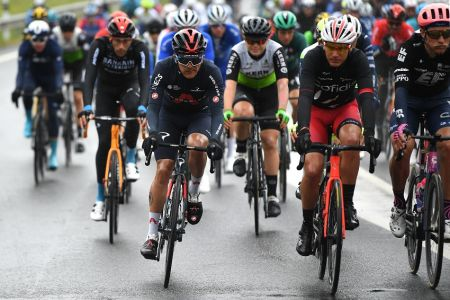 Carapaz sufre caída en segunda etapa de la Vuelta al País Vasco