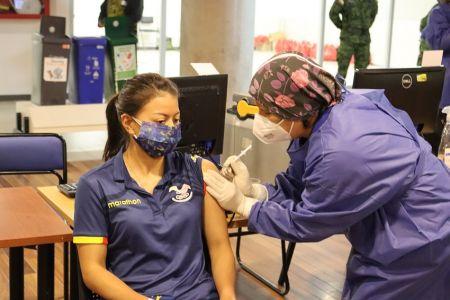 Deportistas ecuatorianos recibieron primera dosis de vacuna contra el covid-19