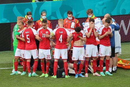 Eriksen se desvanece durante el partido entre Dinamarca y Finlandia