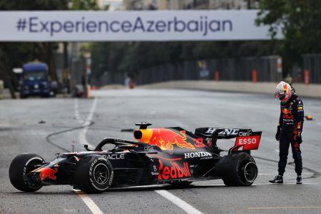 Verstappen, que lideraba la carrera, sufre fuerte choque en Azerbaiyán (Video)