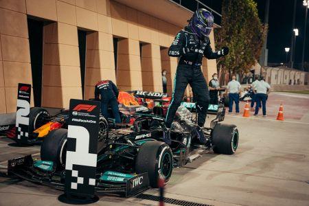 Hamilton demuestra a Verstappen su condición de campeón