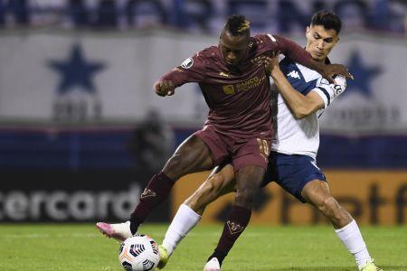 Liga de Quito sufre dura derrota ante Vélez y se complica en Libertadores (Video)