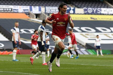 Manchester United anuncia extensión de contrato con Cavani