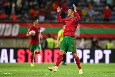 Cristiano recibe reconocimiento de récord Guinness como máximo goleador de selecciones