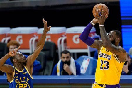 Lakers, con algunas dudas, empiezan los playoffs contra los renacidos Suns