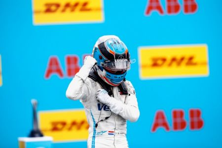 Nyck de Vries gana alocada carrera de Fórmula E bajo la lluvia en Valencia