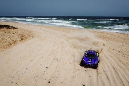Cristina Gutiérrez y Sébastien Loeb dominan la primera jornada en Dakar del Extreme E