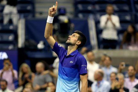 Djokovic vence a Berrettini y está a dos triunfos de un título histórico